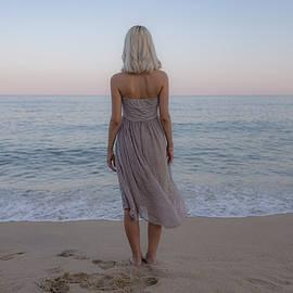 Girl in front of the ocean. by Jorge Omar Gonzalez