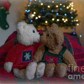 Holiday Kissing Bears by Linda Howes