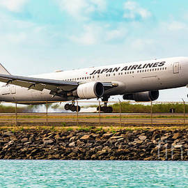 JAL B767 Arrival in Honolulu Hawaii by Phillip Espinasse