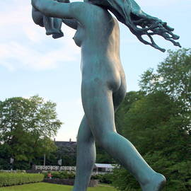 Mother and Infant Sculpture in Oslo by Laurel Talabere