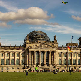 People in front of Government Federal Assembly building in Berlin by Rick Neves