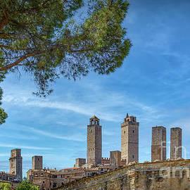 San Gimignano by Viv Thompson