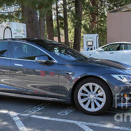 Tesla Model S electric auto by PROMedias Obray
