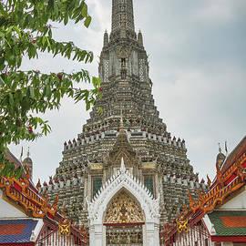 Wat Arun, Bangkok. by Robert Murray