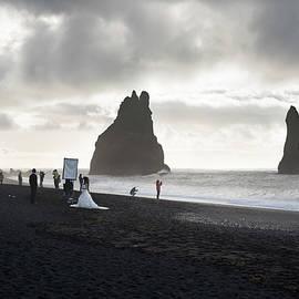 Wedding Photographer working in Reynisfjara black beach by RicardMN Photography