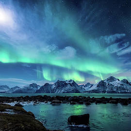 When the moon shines by Tor-Ivar Naess