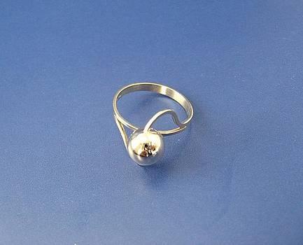 Golden Ball - ring by Leo Wildner