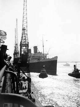 Queen Mary Docking at Southampton in England by David Murphy