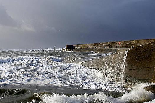 Swell at pier by Tony Reddington