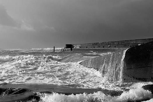 Swell over breakwater by Tony Reddington