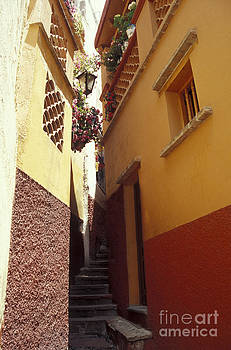 John  Mitchell - Alley of the Kiss Guanajuato Mexico