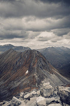 Dramatic mountain scenery in the scottish highlands by Leander Nardin