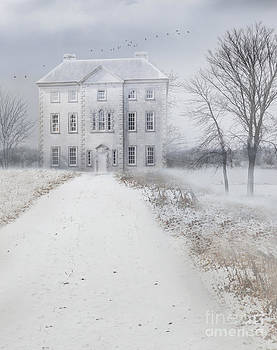 Sandra Cunningham - Old English manor house frozen in winter time