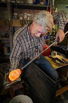Shaping molten glass by Paul Indigo
