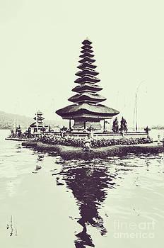 Ulun Danu Temple by Wayan Suantara