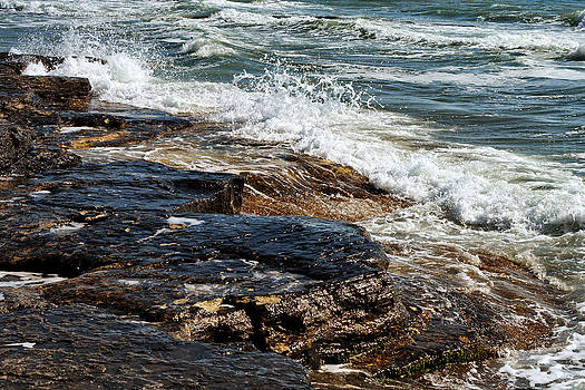 Waves break on the rocks. by Alexandr  Malyshev