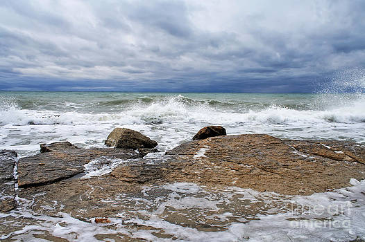 Waves breaking on a rocky coastline by Alexandr  Malyshev