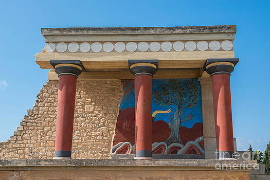 Knossos Palace by Luis Alvarenga