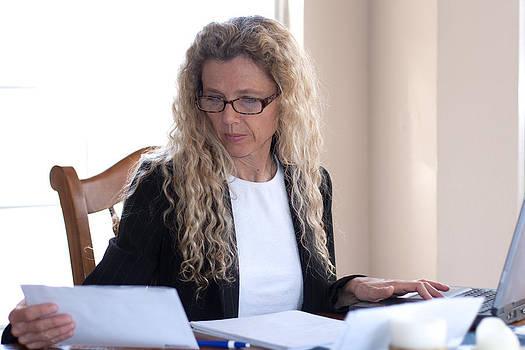 Gunter Nezhoda - Woman worried about bills