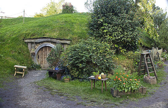 Venetia Featherstone-Witty - A Cosy Hobbit Home in The Shire