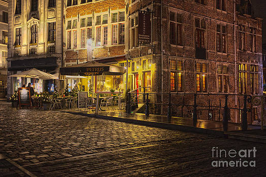 Patricia Hofmeester - A streetscene at night in Europe