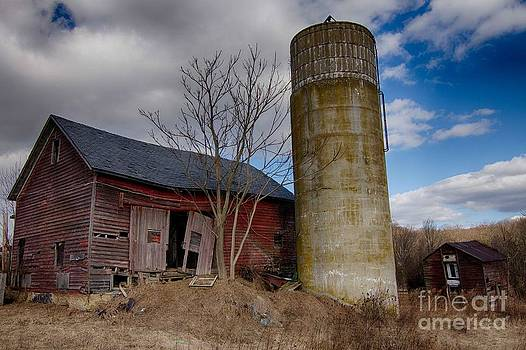 Abandoned barn by Robert Wirth