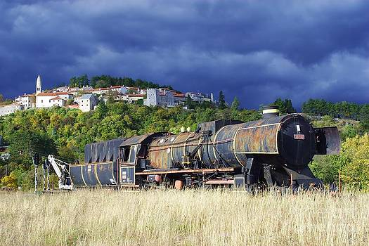 Abandoned locomotive by Giorgio Perich