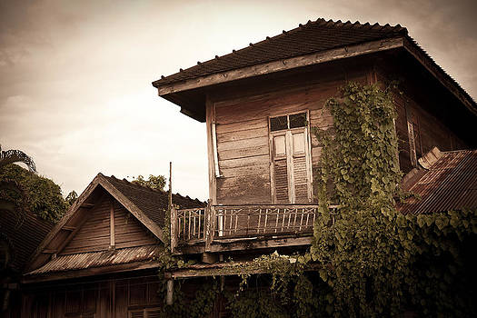 Abandoned old house. by Suphakit Wongsanit