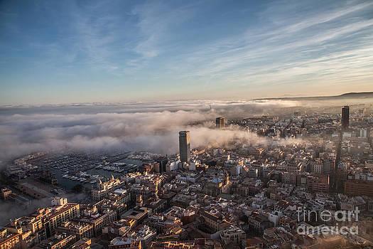 Alicante bajo la niebla by Eugenio Moya