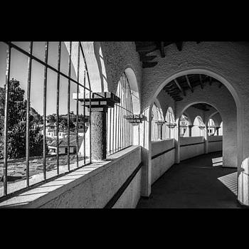 Arcos, Pasillo Y Ventanas by Katalina Fuentes