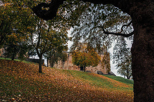 Ross G Strachan - Autumn at Linlithgow Palace