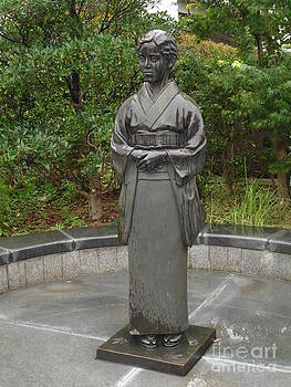 Danielle Groenen - Beautiful Rainy Statue in Japan