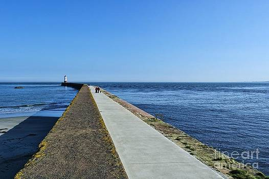 Berwick Pier and Lighthouse by Les Bell