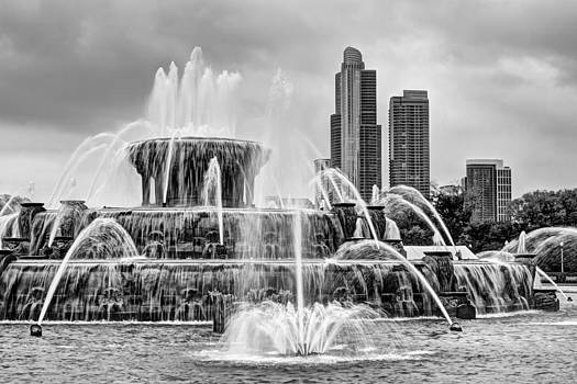 Nikolyn McDonald - Buckingham Fountain - 1 bw