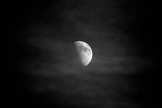 Creepy moon by Goyo Ambrosio