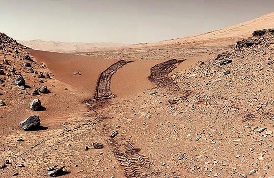 Weston Westmoreland - Curiosity tracks under the sun in mars