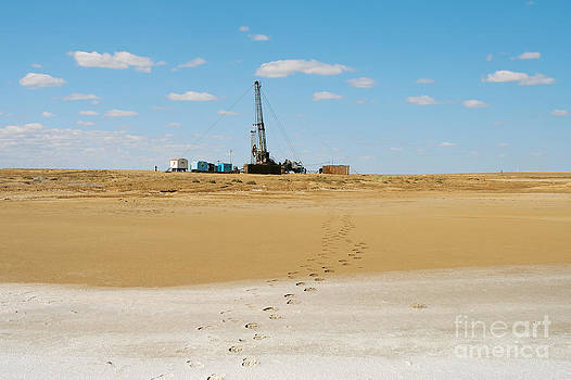 Drilling in the desert. by Alexandr  Malyshev