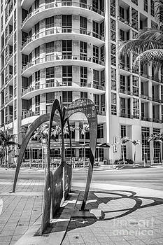 Ian Monk - Duenos do las Estrellas sculpture - Downtown - Miami - Black and White