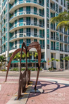 Ian Monk - Duenos do las Estrellas sculpture - Downtown - Miami