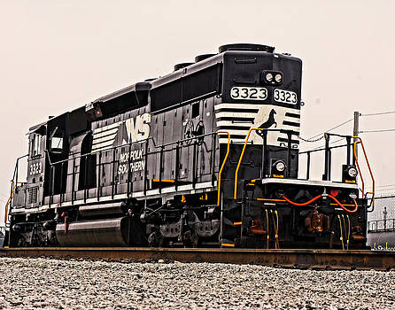 Engine 3323 by Randy  Shellenbarger