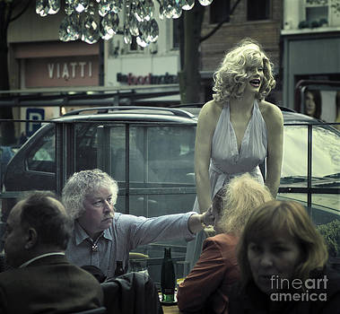 Everlasting pose by Michel Verhoef