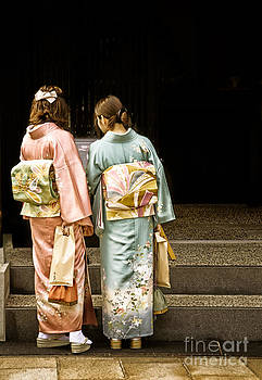 David Hill - Golden glow - Japanese women wearing beautiful kimono