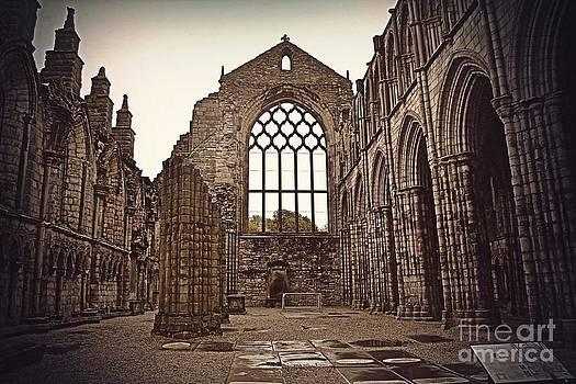 Holyrood Abbey by Miryam  UrZa