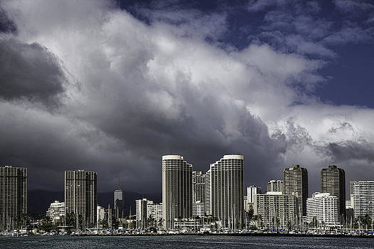 Honolulu. Stormy Day by Joanna Madloch
