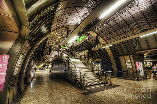 Yhun Suarez - London Bridge Station 1.0