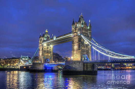 Yhun Suarez - London Tower Bridge At Night