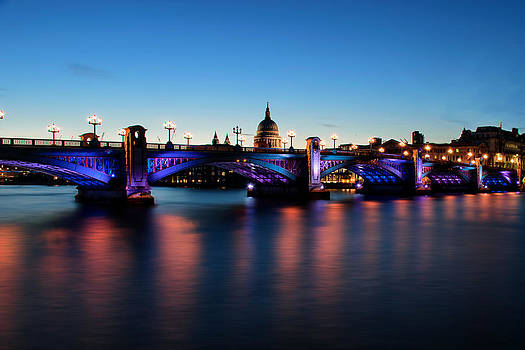 London's Southwark bridge by Ivelin Donchev