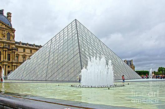 Pravine Chester - Louvre Pyramid