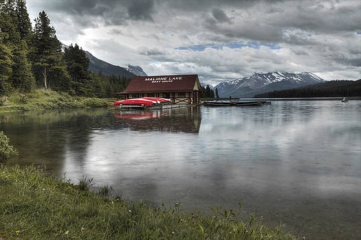 Maligne Lake under the rain by Diane Dugas