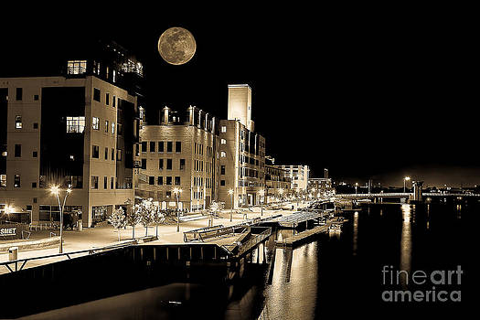 Nikki Vig - Moon Over Titletown